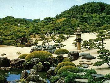 Типы японских садов - это плоский сад и холмистый сад.